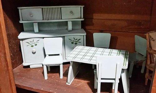 all'interno di un armadio dei modellini in legno bianco di un mobile e di un tavolo con delle sedie