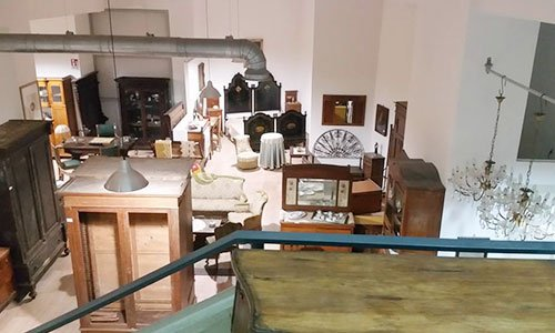 insieme di mobili antichi visti dal piano superiore del negozio