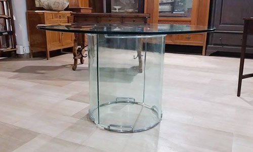 un tavolino con base in vetro