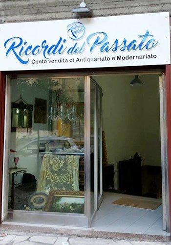 esterno del negozio con vetrina e insegna con scritto Ricordi del passato conto vendita di Antiquariato e Modernariato