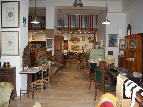 interno di un negozio di mobili antichi