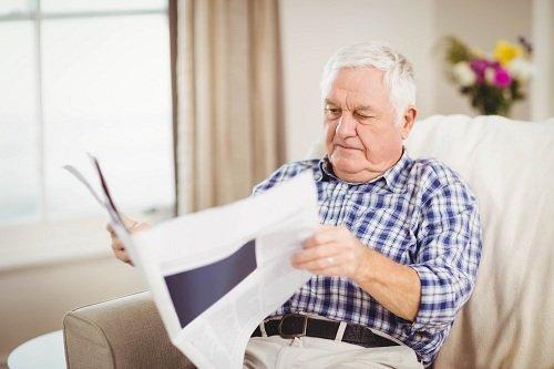 anziano che legge il giornale
