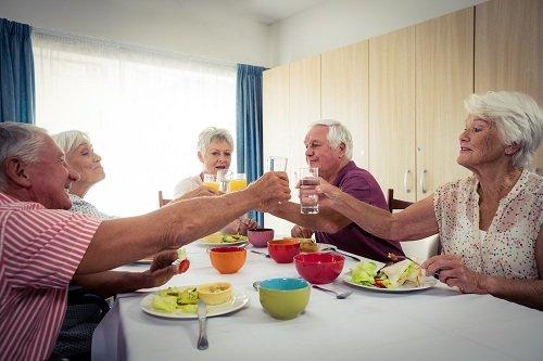 anziani a tavola