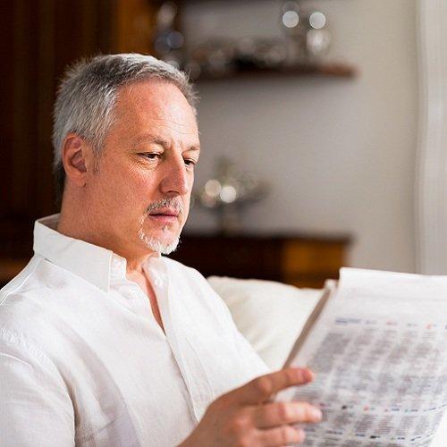 anziano legge il giornale