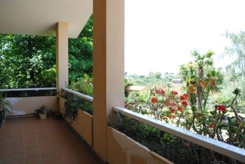 balcone con piante fiorite all'esterno della residenza anziani