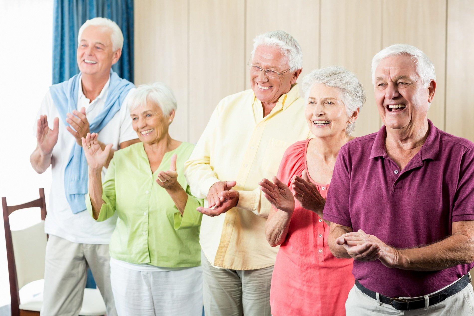 anziani applaudono