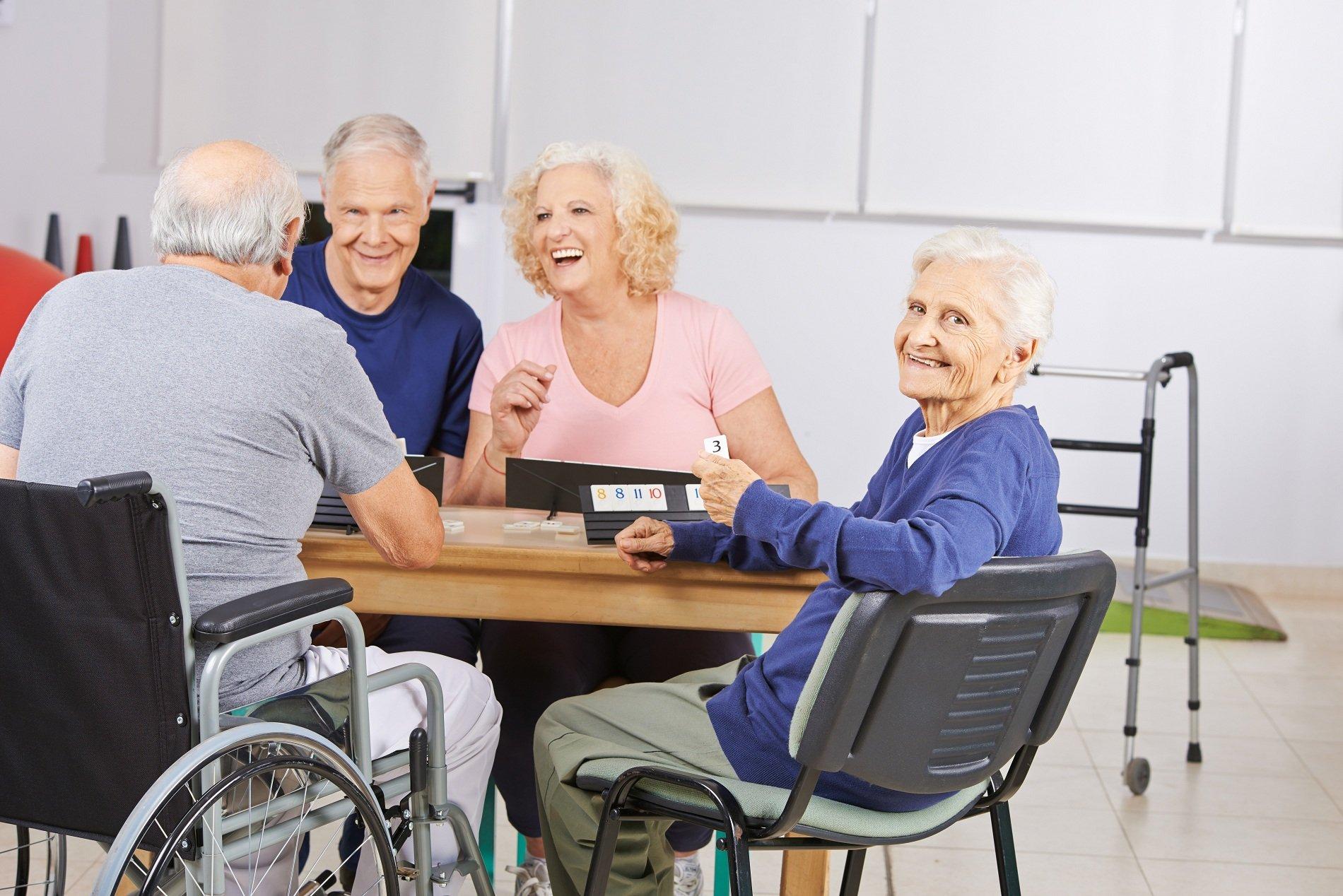 anziani giocano