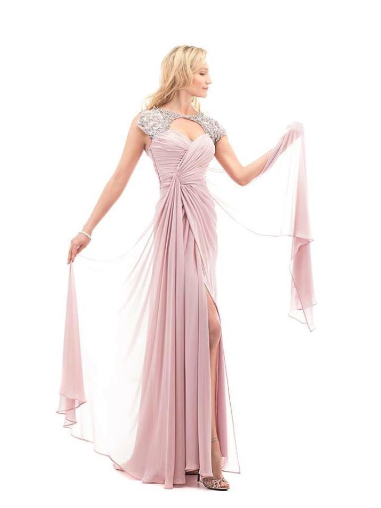 modella con vestito da cerimonia lungo color rosa confetto