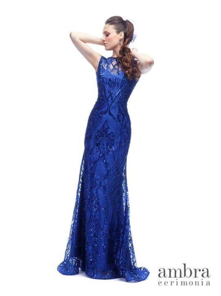modella con vestito da cerimonia colore blu