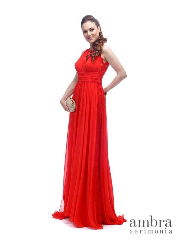 modella con un vestito da cerimonia rossa