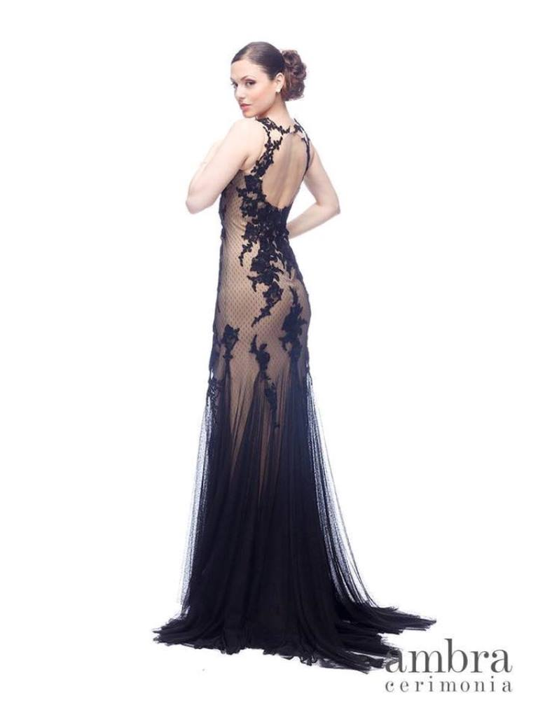 modella con abito da cerimonia lungo scuro con strascico