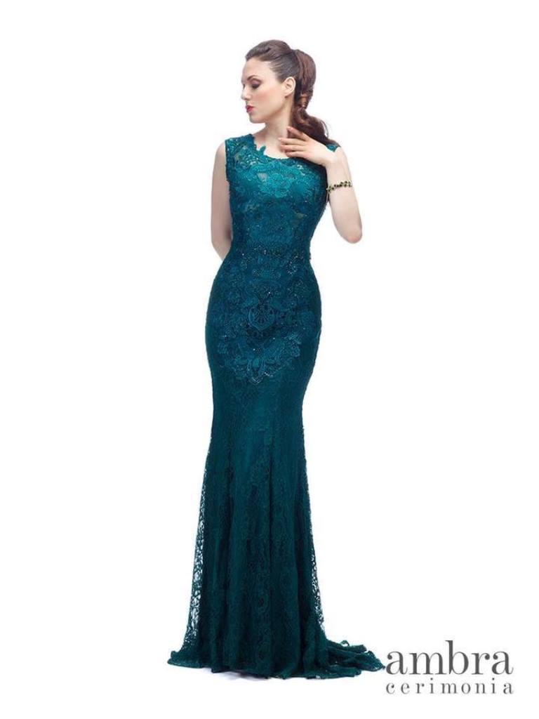 modella con vestito da sera color petrolio