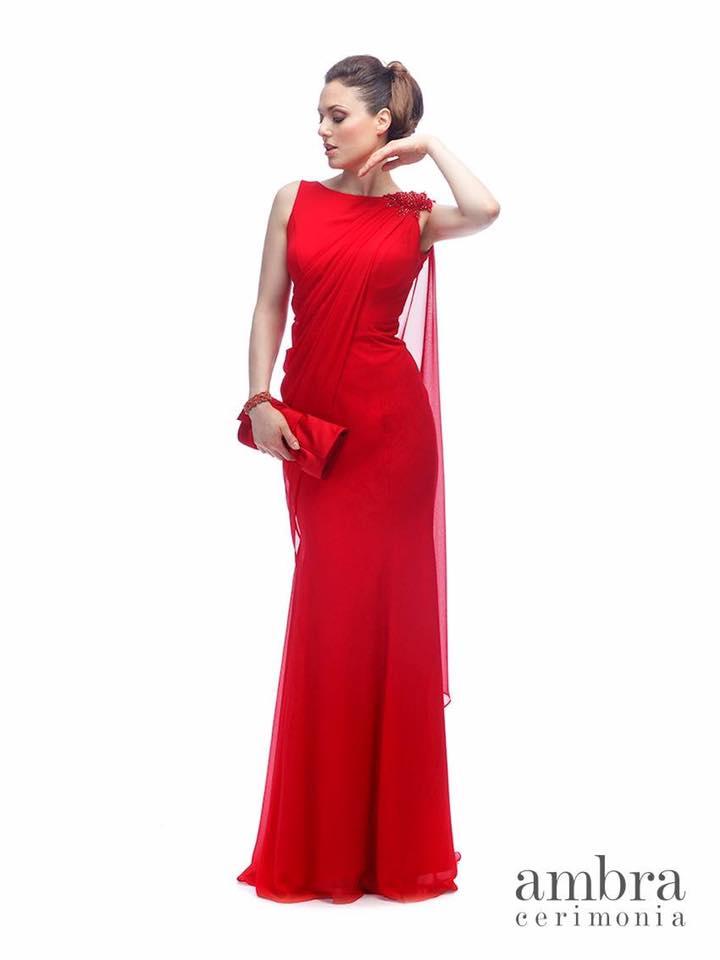 modella con abito da cerimonia rosso