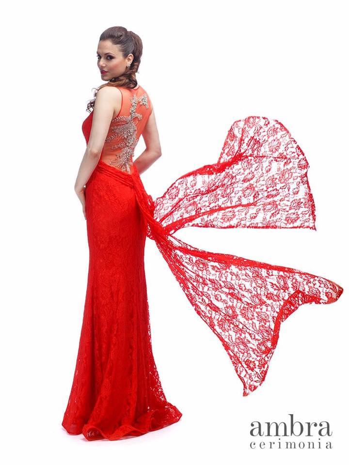 modella che posa con un abito da cerimonia rosso svolazzante