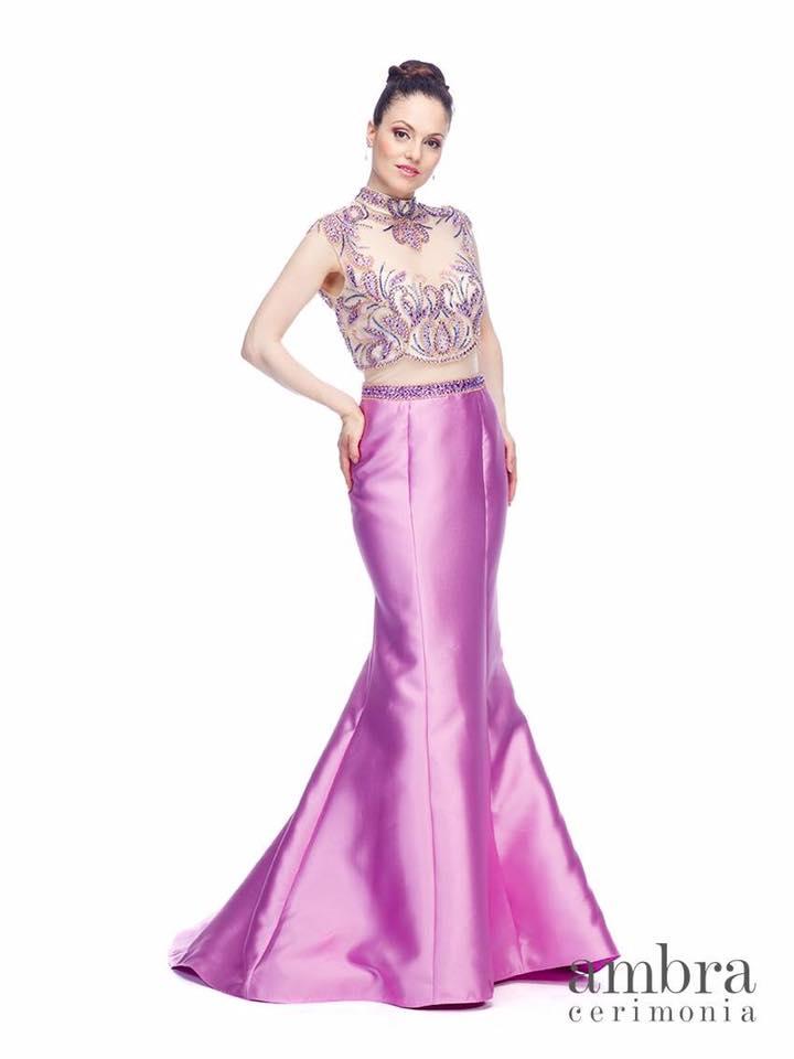modella con abito da cerimonia a marchio ambra