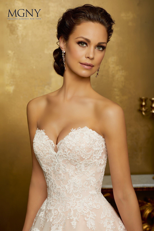 modella con abito da sposa scollato