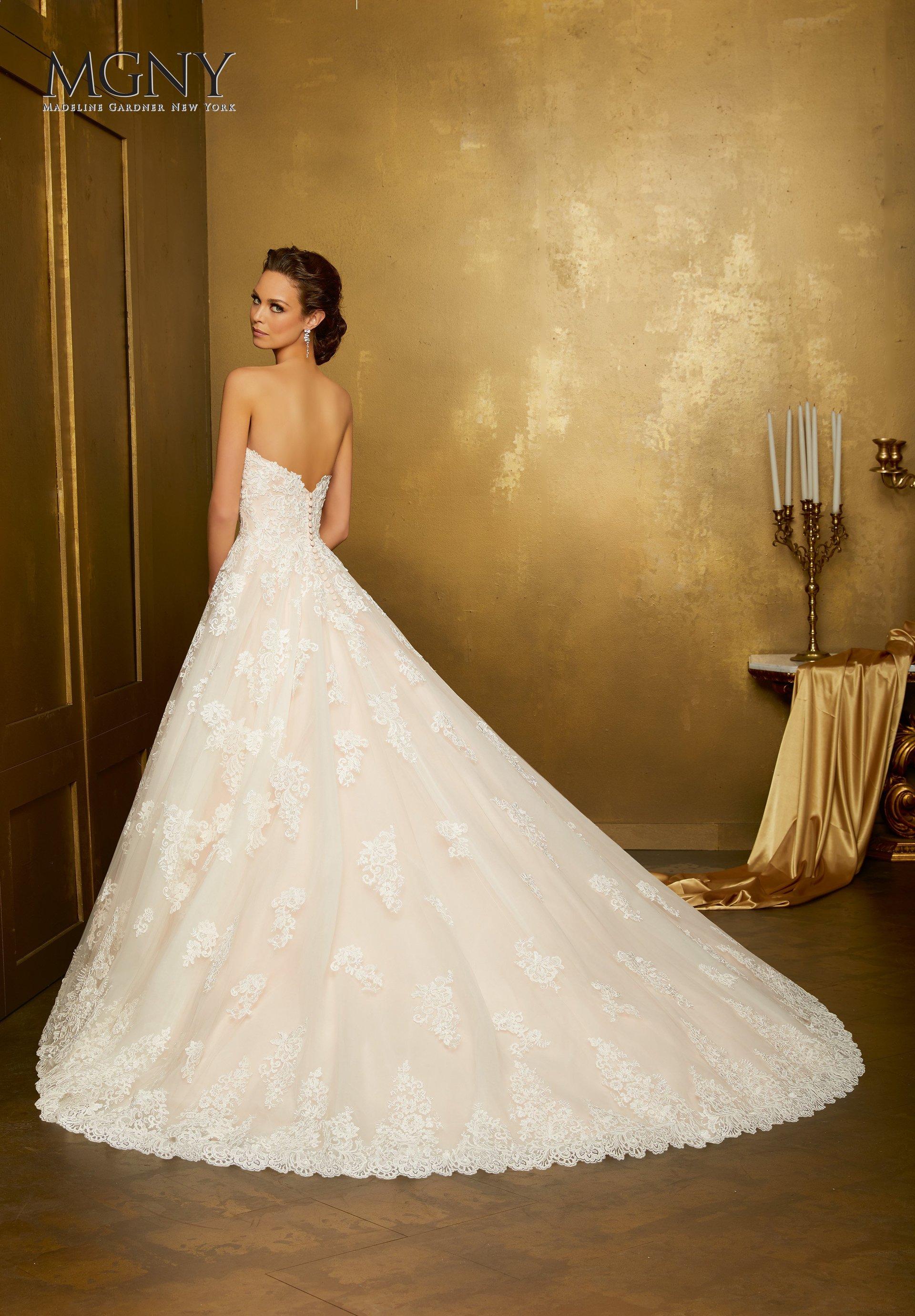 modella di spalle con vestito da sposa lungo