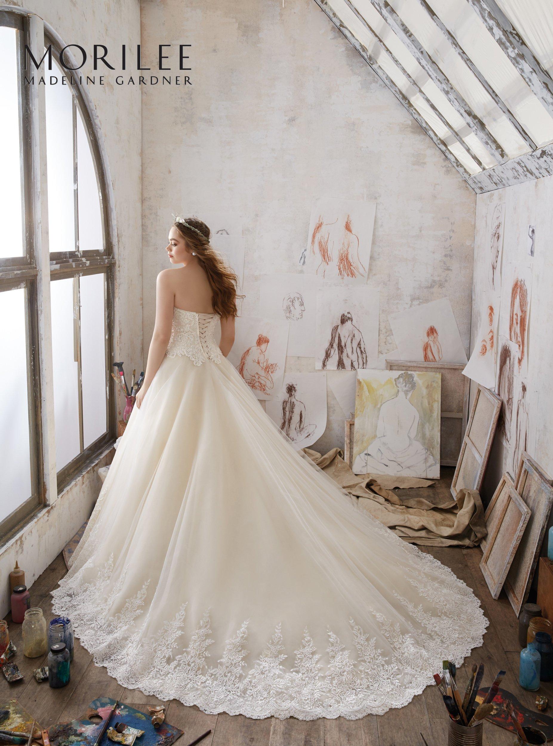 modella con vestito da sposa e strascico
