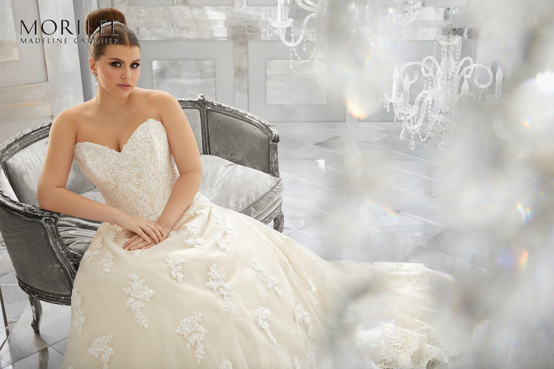 modella seduta con abito da sposa