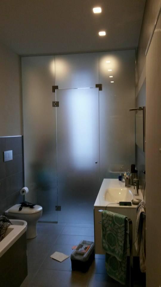 una porta in vetro in un bagno