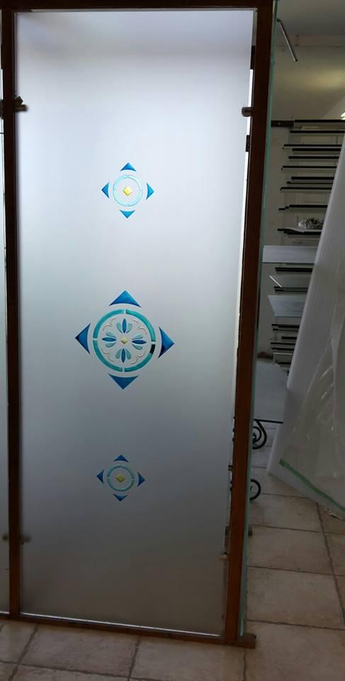 una porta in vetro con disegni blu