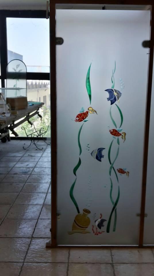 la porta in vetro con disegni dei pesci colorati
