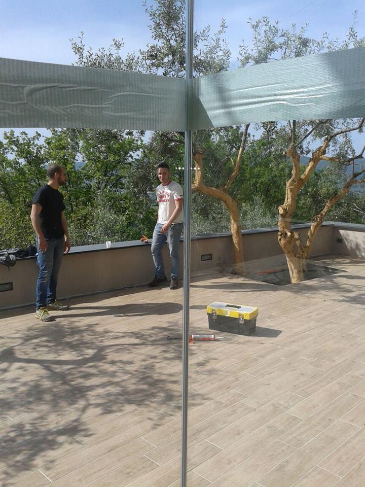 due ragazzi su un terrazzo con una cassetta degli attrezzi  e vista di due alberi
