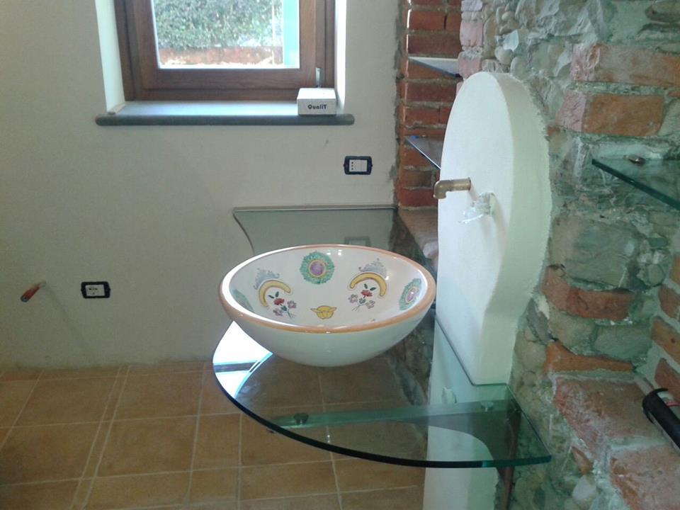 un lavandino con una mensola in vetro