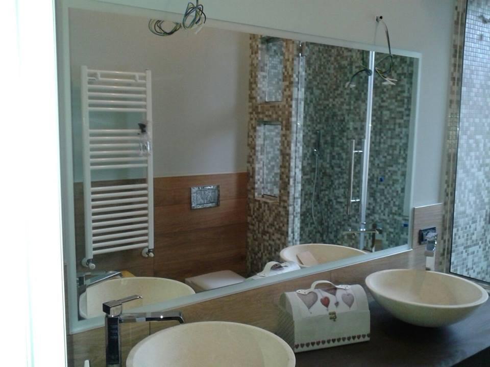 due lavabi e uno specchio