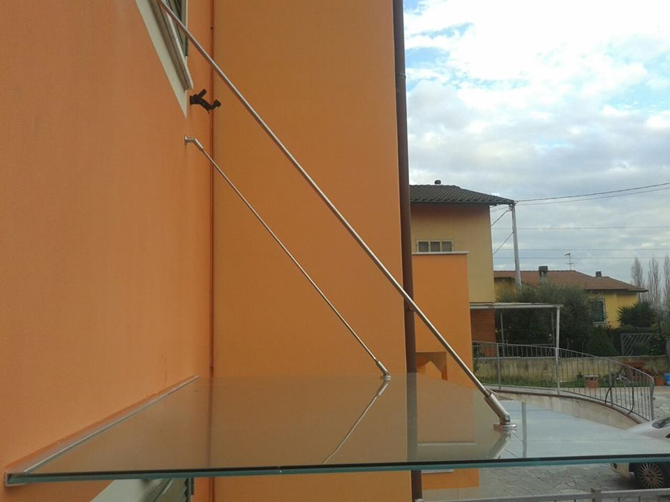 una pensilina in vetro in un condominio arancione