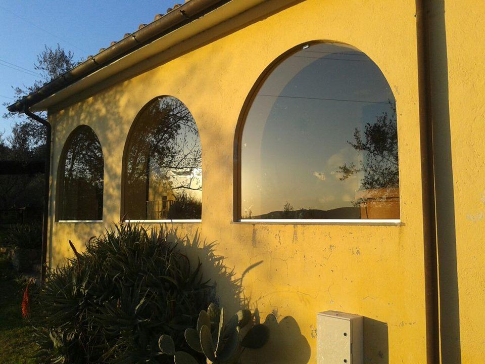 una villa di color giallo con vista delle vetrate