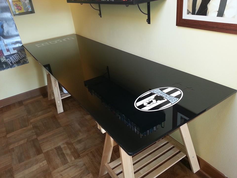 un tavolo in vetro di colore nero con lo scudetto della Juventus