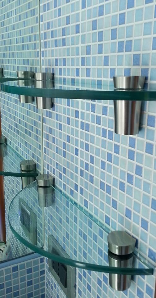 delle mensole di vetro e delle piastrelle blu e azzurre