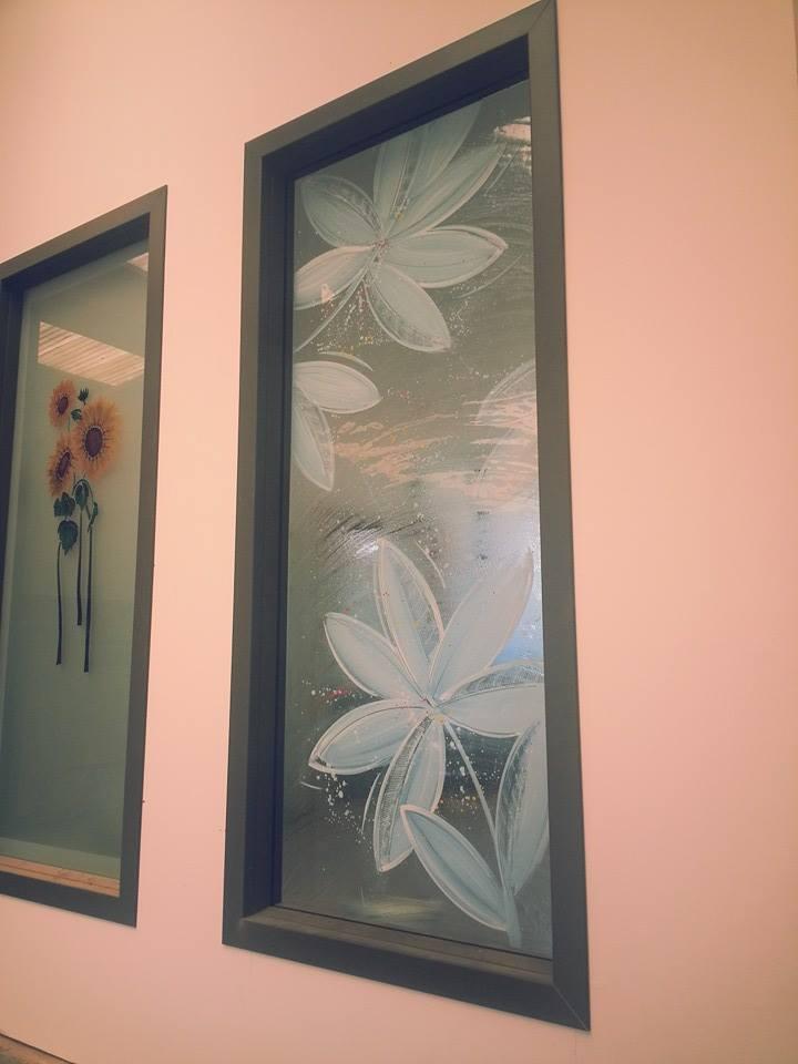 delle finestre con disegni a fiori
