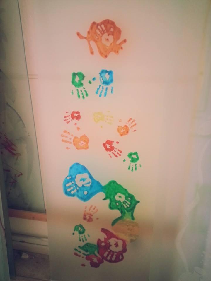 una lastra di vetro e dei disegni colorati
