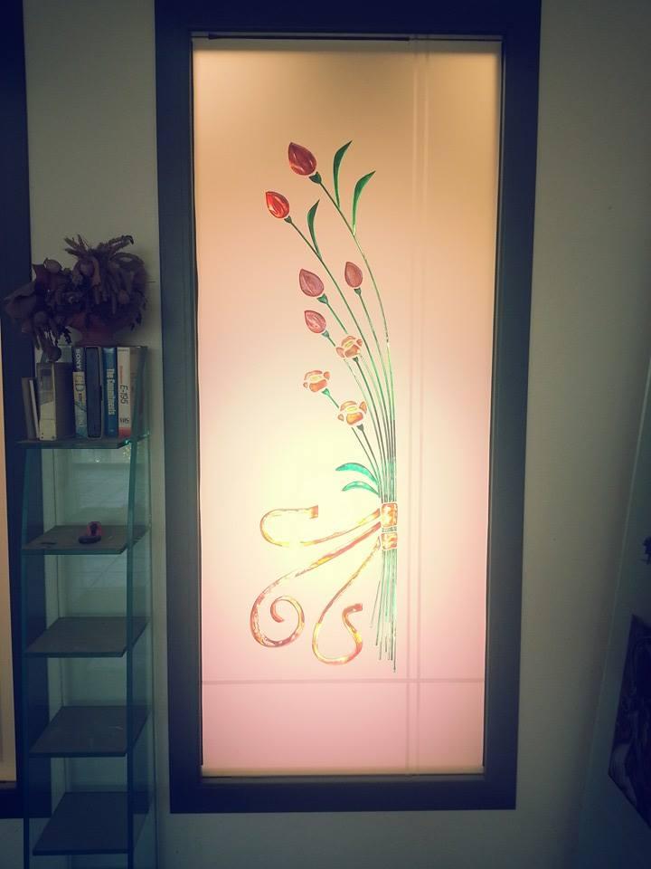 una porta di vetro con disegni a fiori rossi