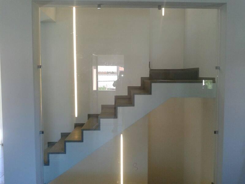 una vetrata e vista dei gradini di una scala