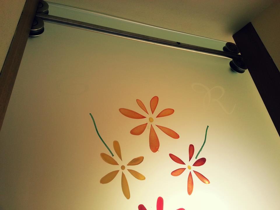 una vetrata con disegni a fiori arancioni,gialli e rossi