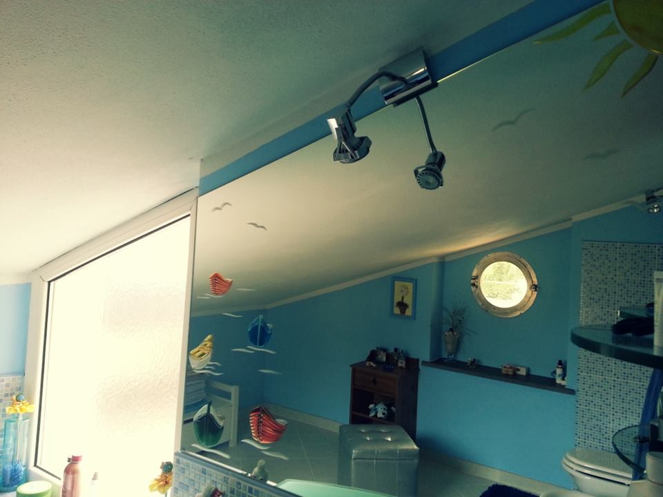 specchio con disegni di barche colorate