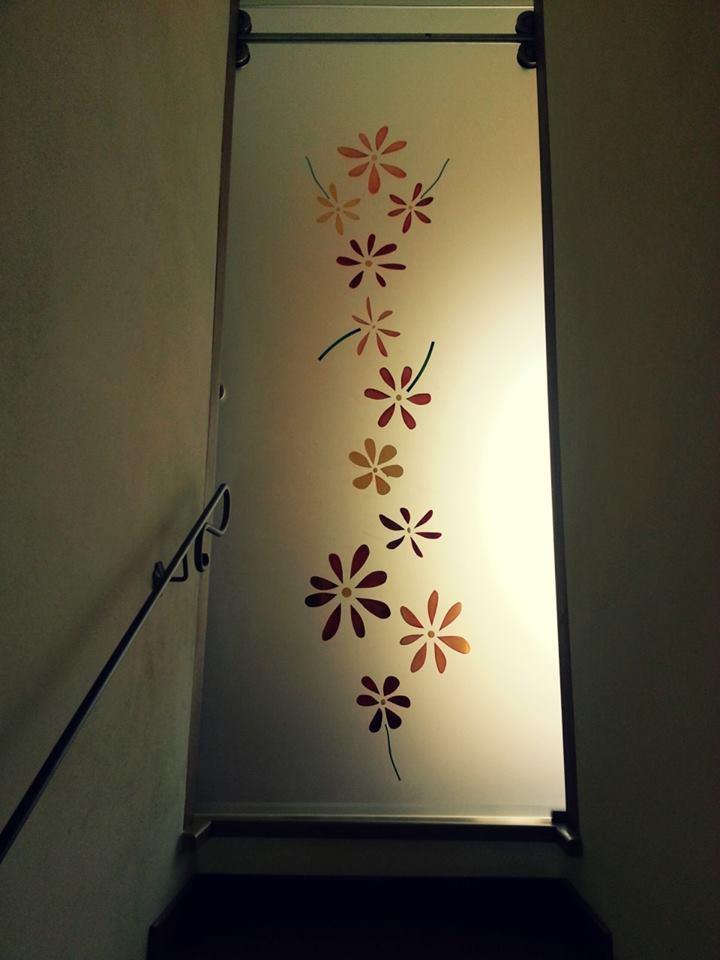 una porta con disegni a fiori colorati