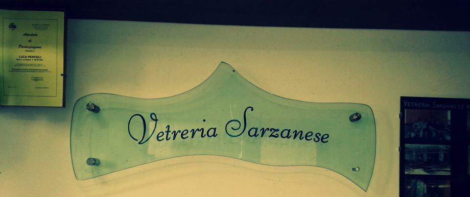 una lastra di vetro con scritto vetreria Sarzanese