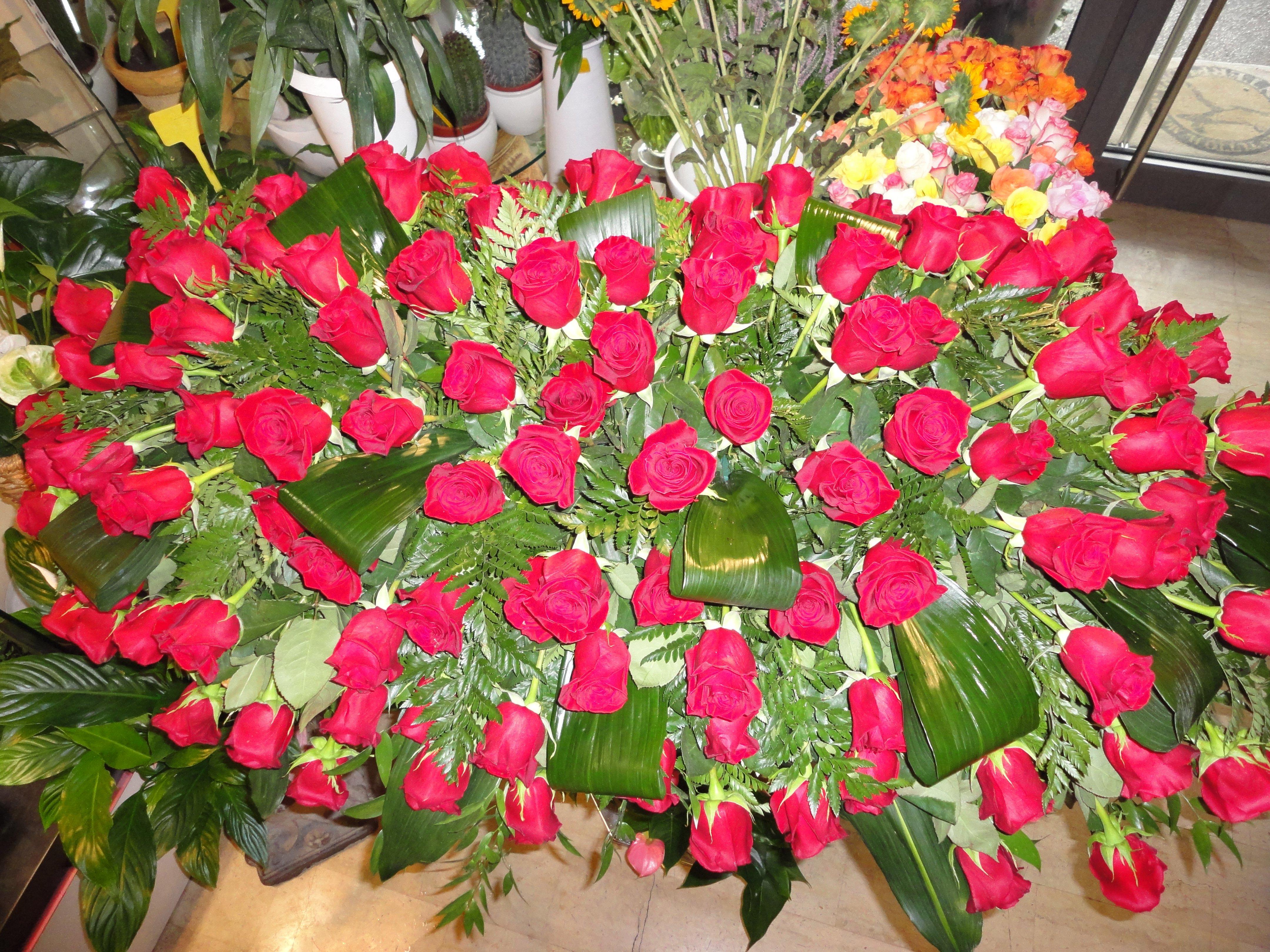 grande copricassa di rose rosse