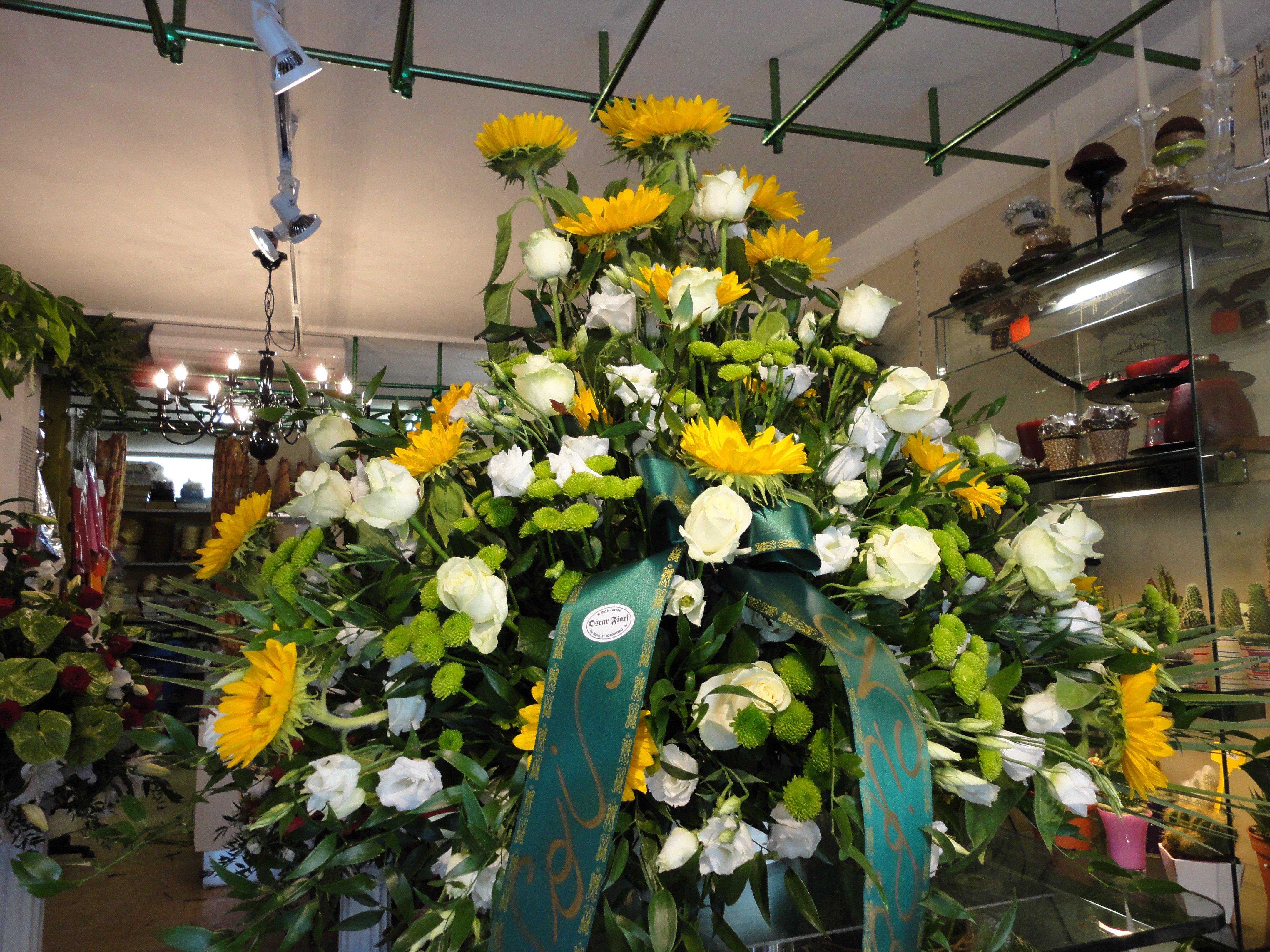 vista frontale di un mazzo di fiori per lutto