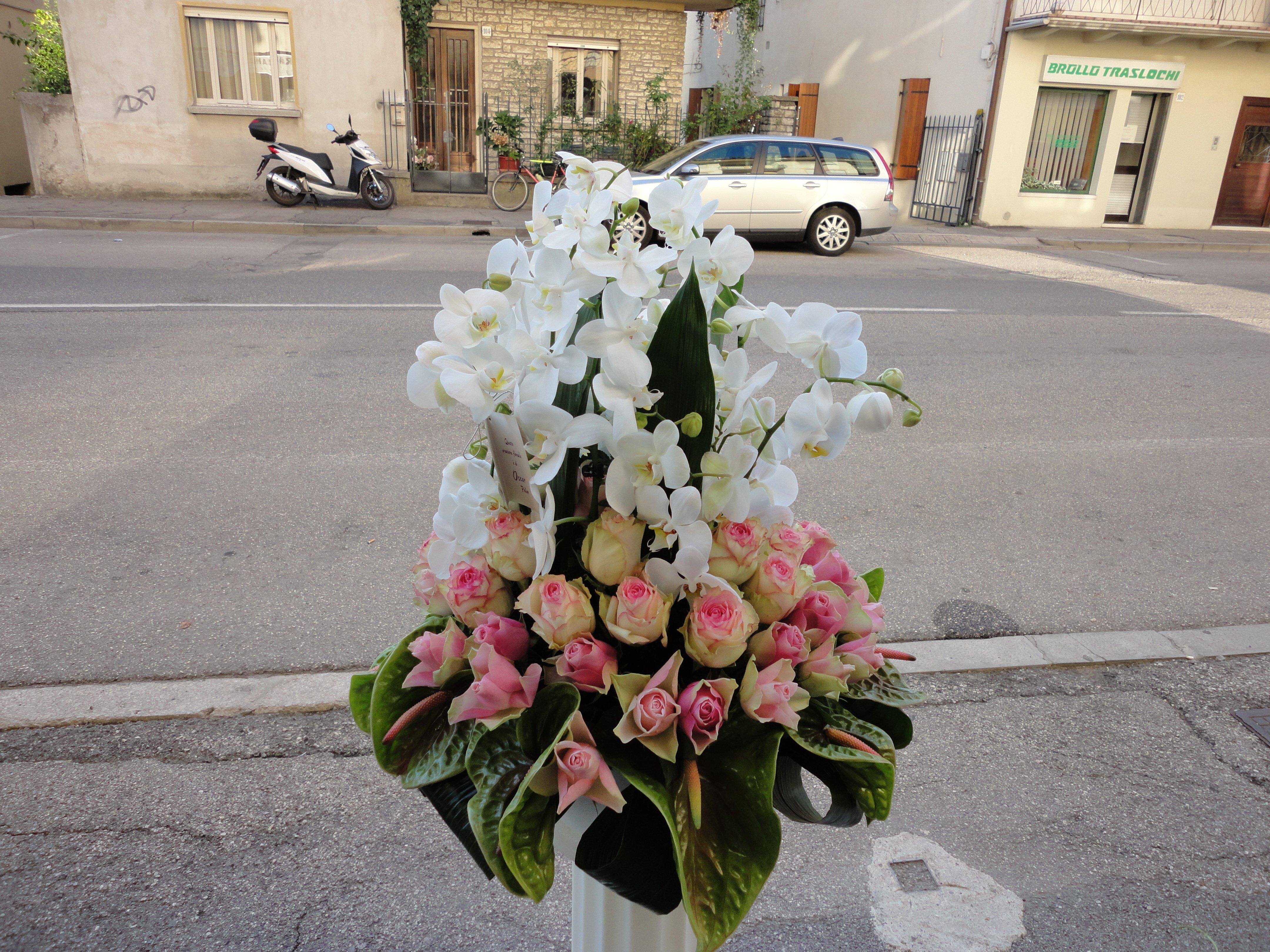 mazzo di fiori sulla strada