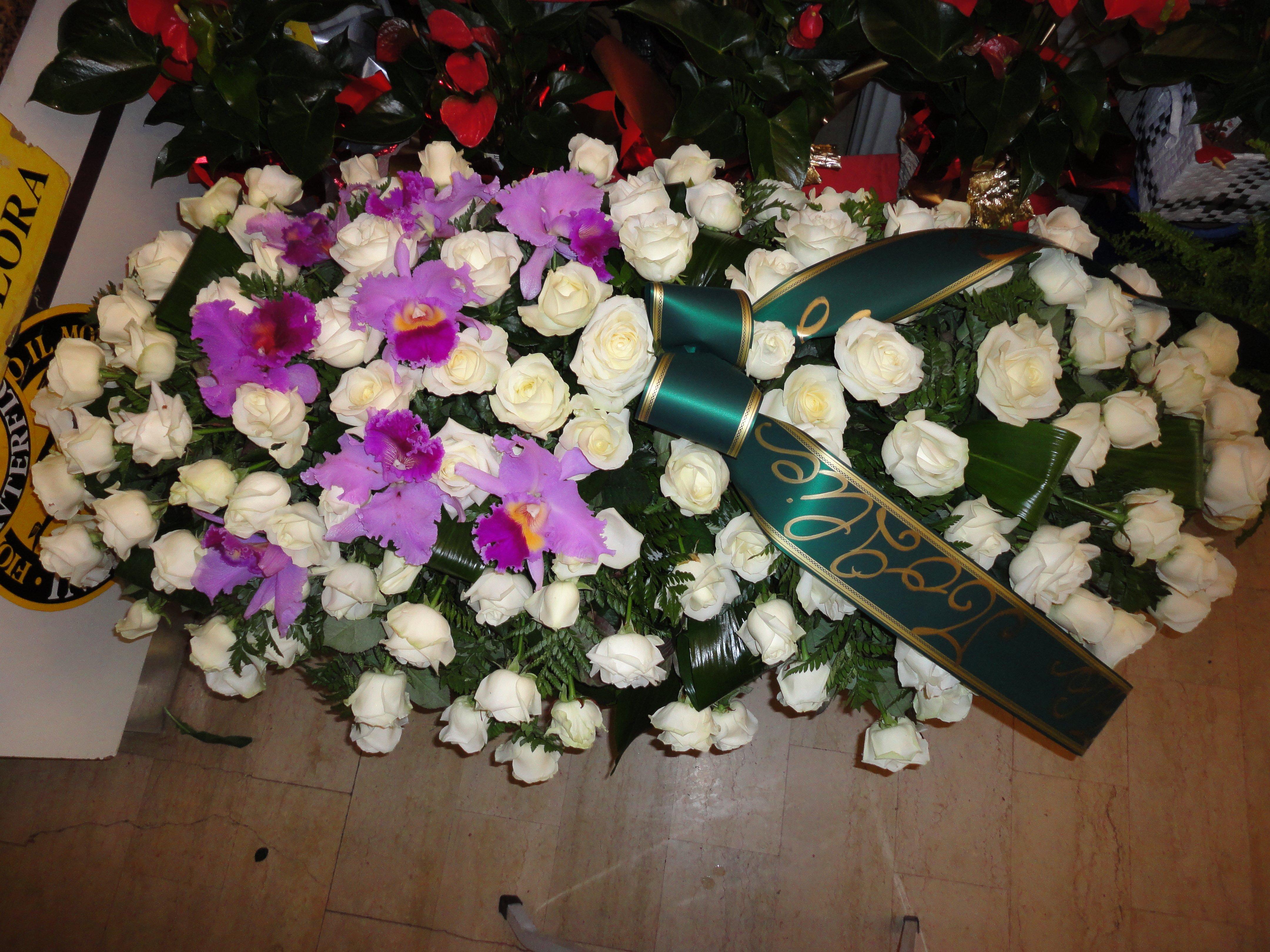 copricassa di rose bianche e fiori viola