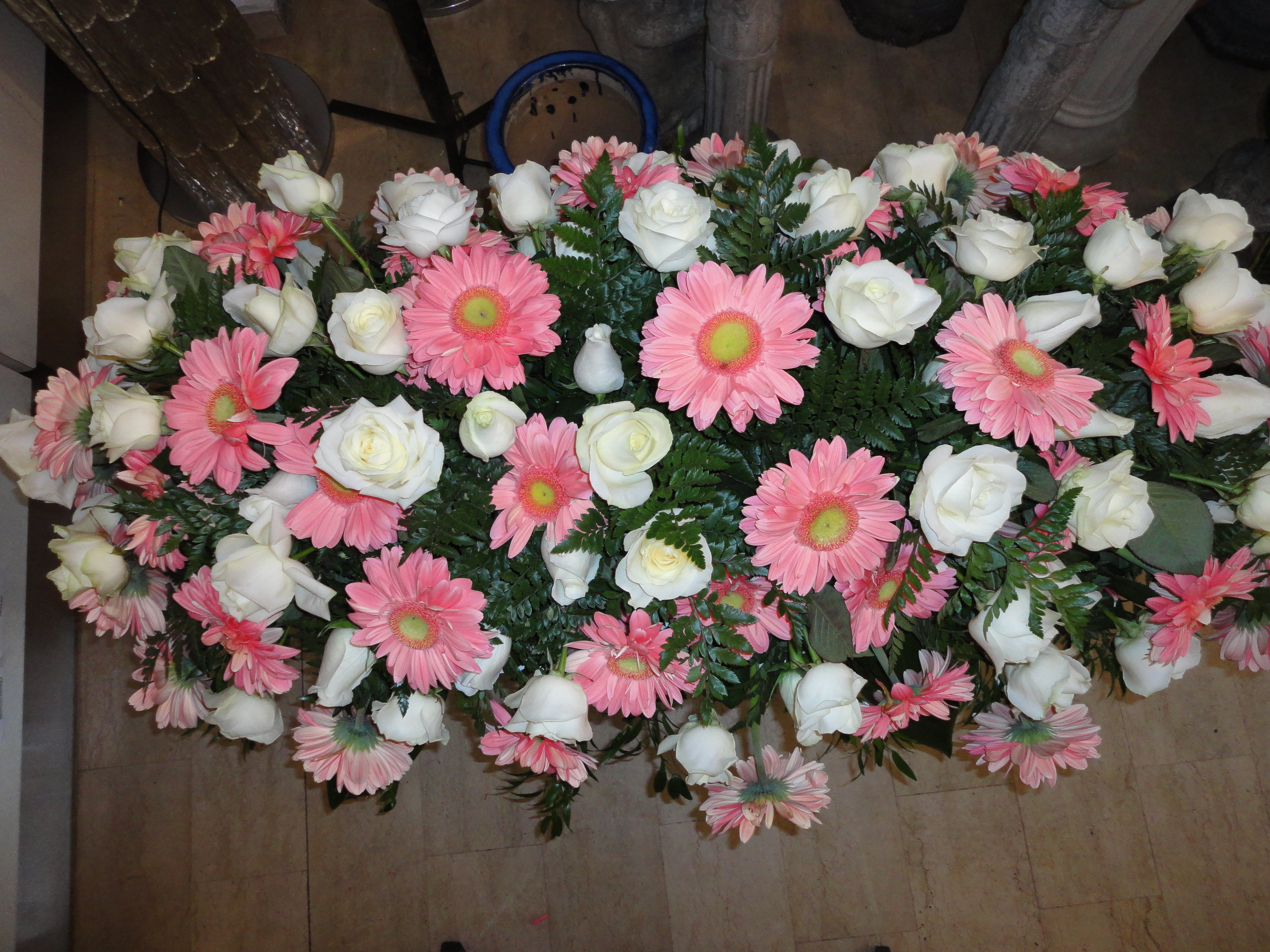 copricassa di margherite rosa e fiori bianchi
