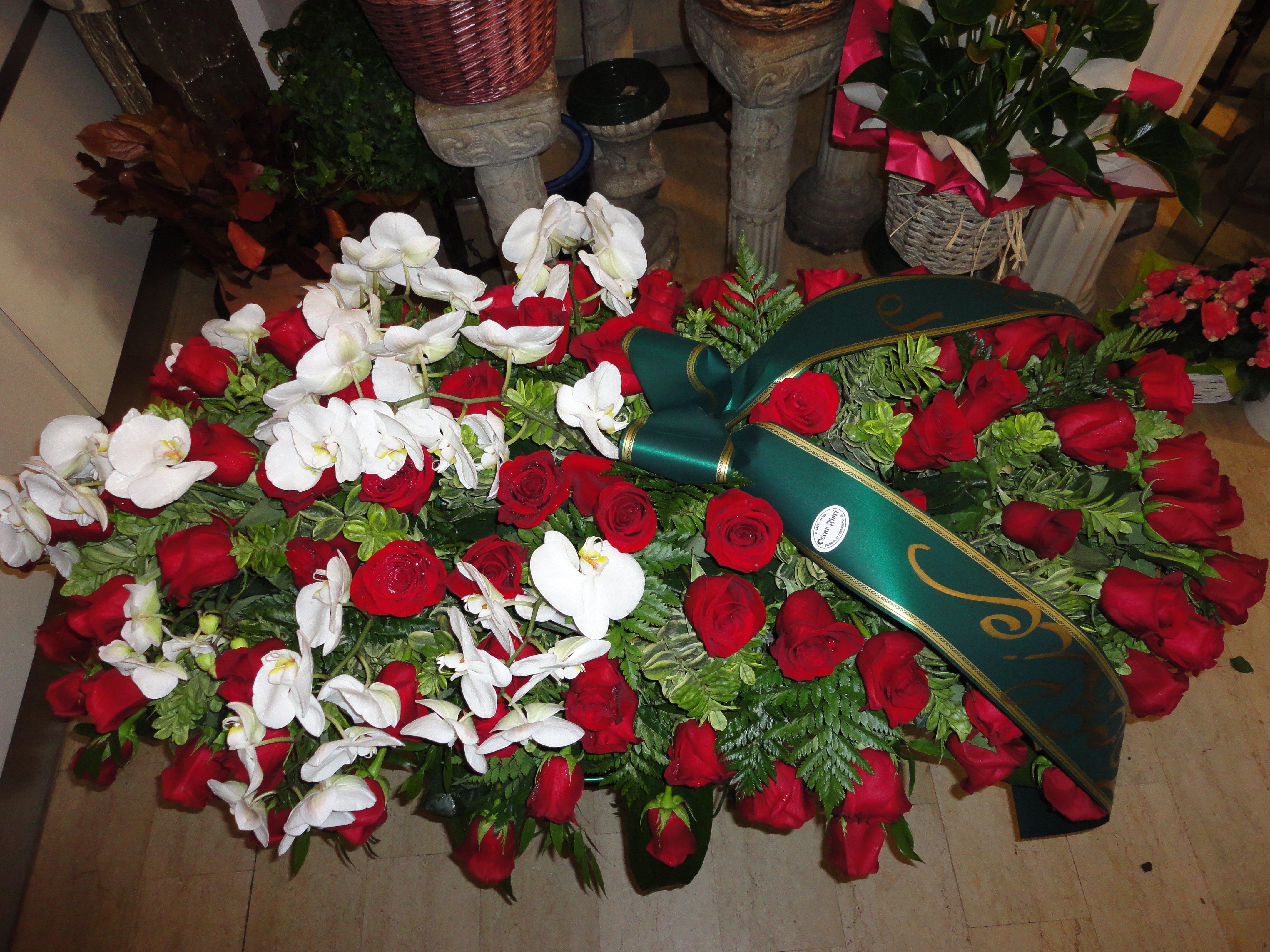 copricassa di rose rosse e fiori bianchi da morto