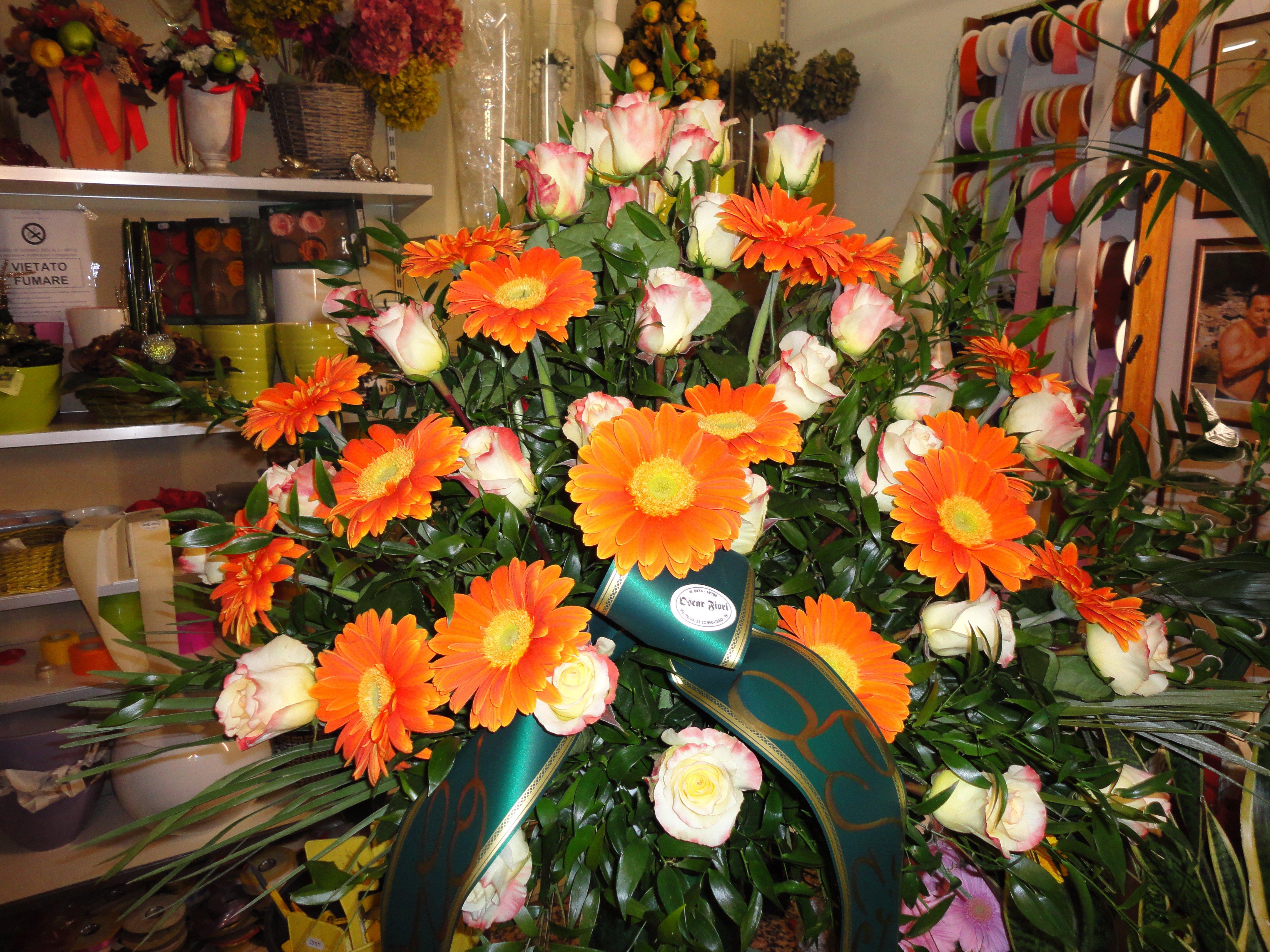 mazzo di fiori arancioni per riti funebri