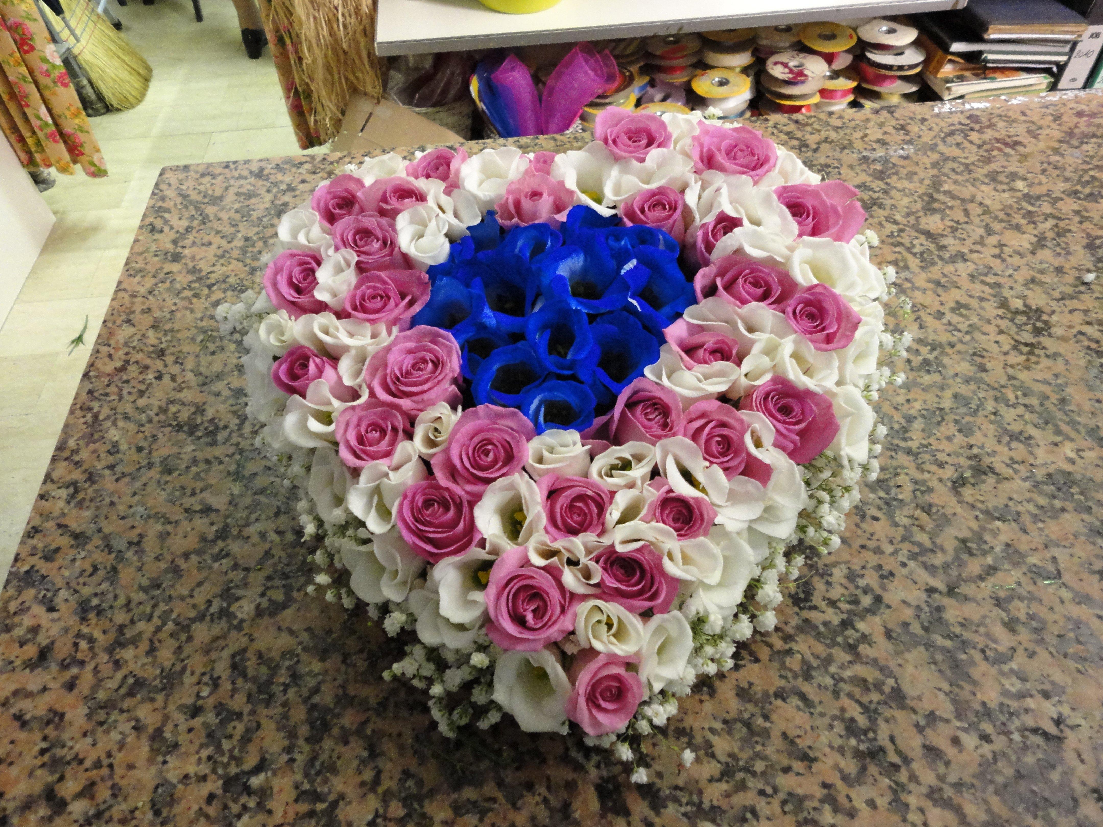 rose bianche rosa e blu a forma di cuora per letture funerale
