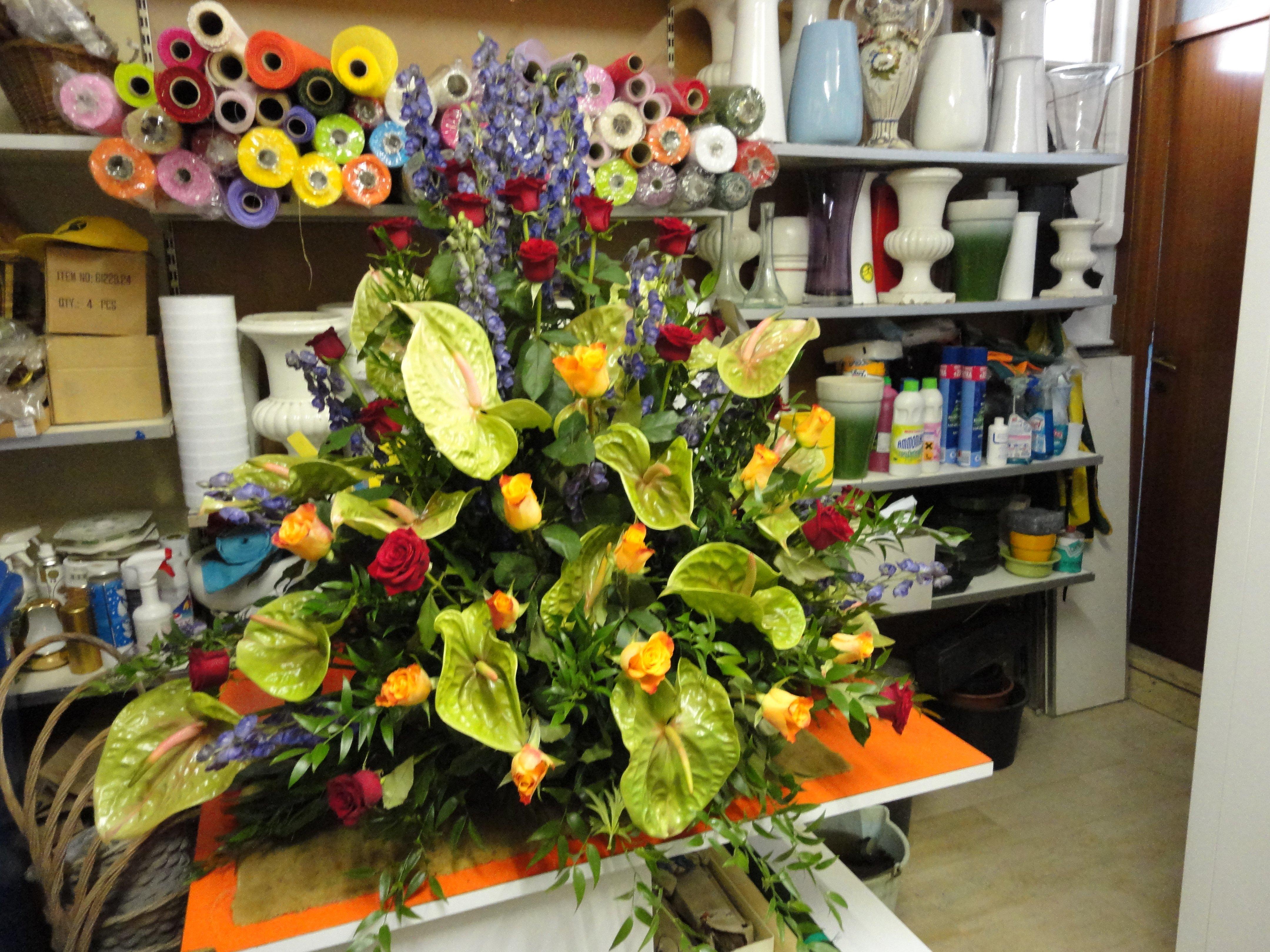 grande mazzo di fiori su tavolo arancione